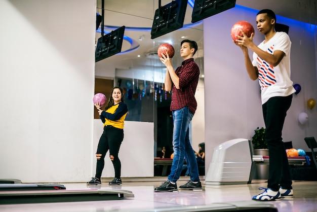 Vrienden spelen samen bowlen