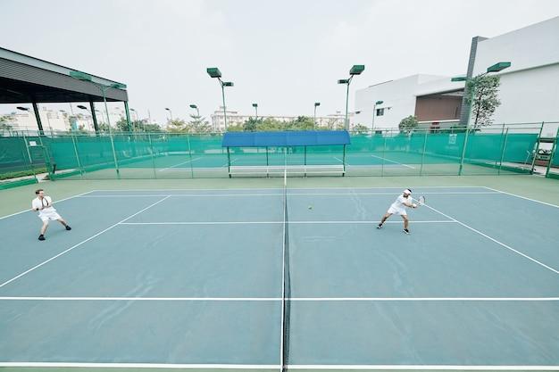 Vrienden spelen van een spelletje tennis