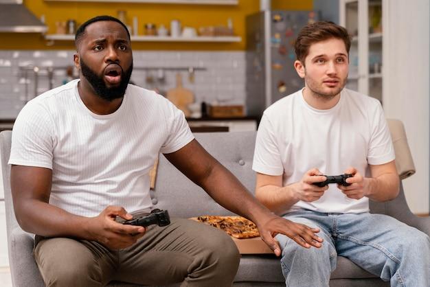 Vrienden spelen van videogames op tv