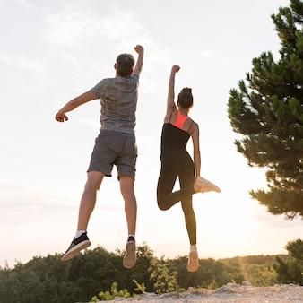Vrienden springen na een prestatie