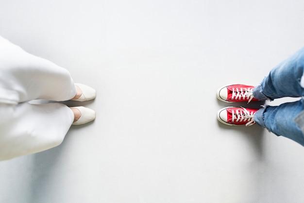 Vrienden staan met een spatie tussen elkaar vanwege sociale afstand