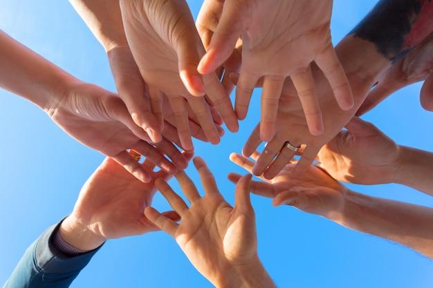 Vrienden stapelen handen