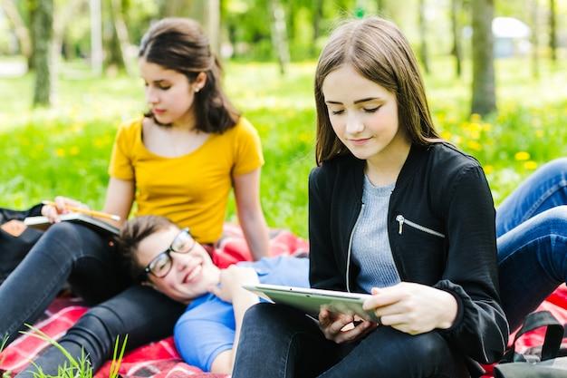 Vrienden studeren in het park