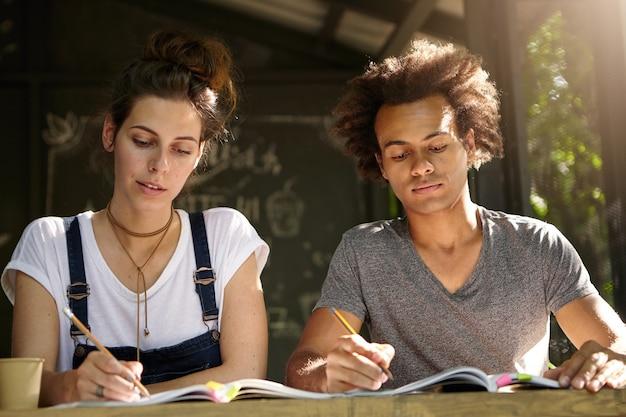 Vrienden studeren samen in café
