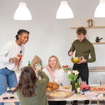 Vrienden thuis lunchen