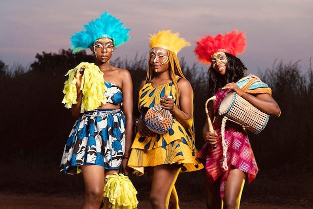 Vrienden uit een lage hoek gekleed voor carnaval