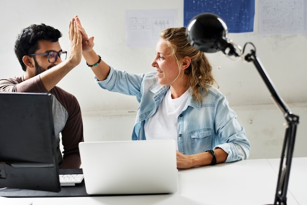 Vrienden van computertechnici slaan hun handpalmen tegen elkaar