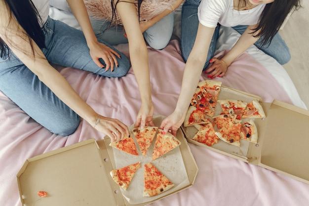 Vrienden van meisjes hebben thuis een pyjamafeest