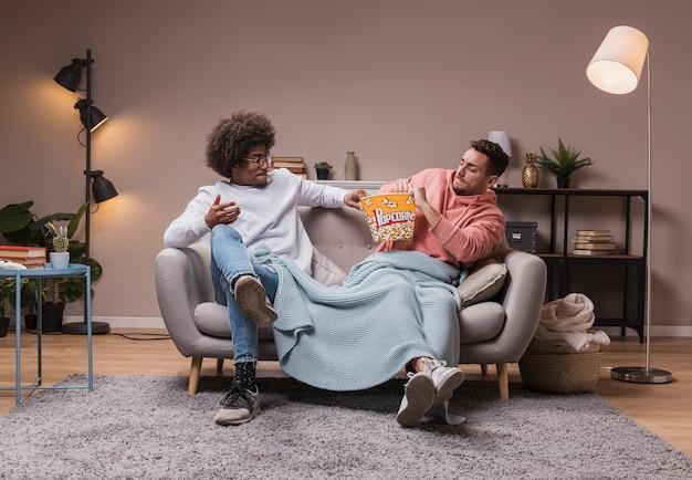 Vrienden vechten om popcorn