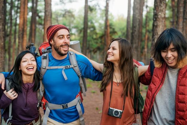 Vrienden verkennen nature outdoors concept