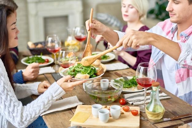 Vrienden verzamelen aan tafel