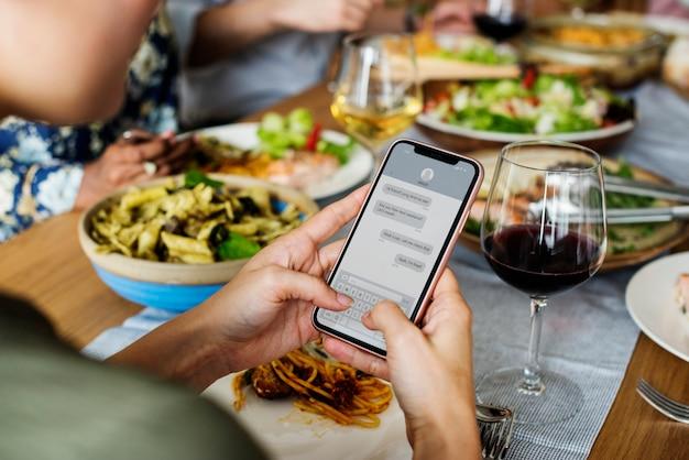 Vrienden verzamelen samen italiaans eten