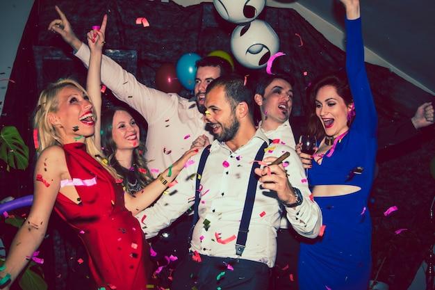 Vrienden vieren met confetti