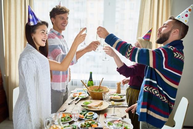 Vrienden vieren verjaardag tijdens het diner