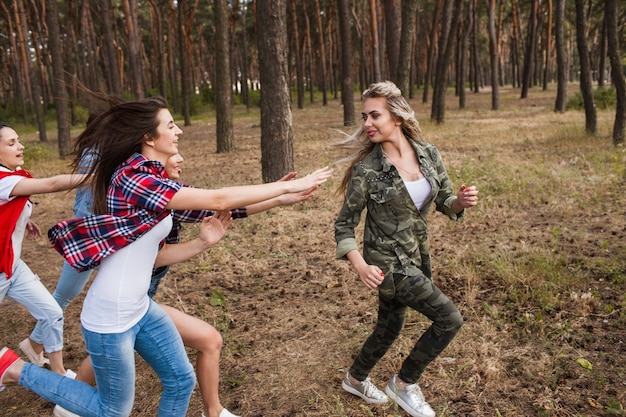 Vrienden vrouwen groep lopende competitie concept. het achtervolgen van sportspel op de aard.