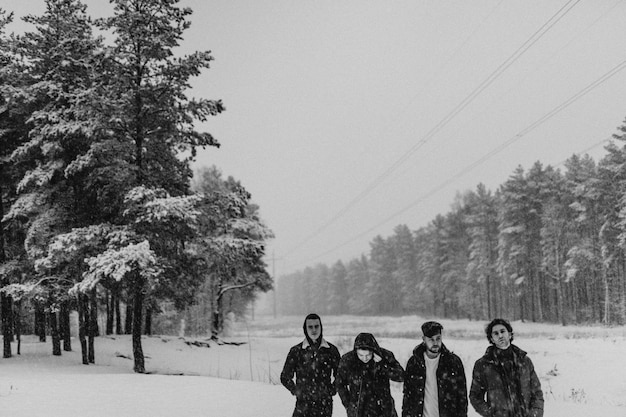 Vrienden wandelen in een besneeuwd bos