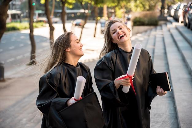 Vrienden zijn vrolijk bij hun afstuderen