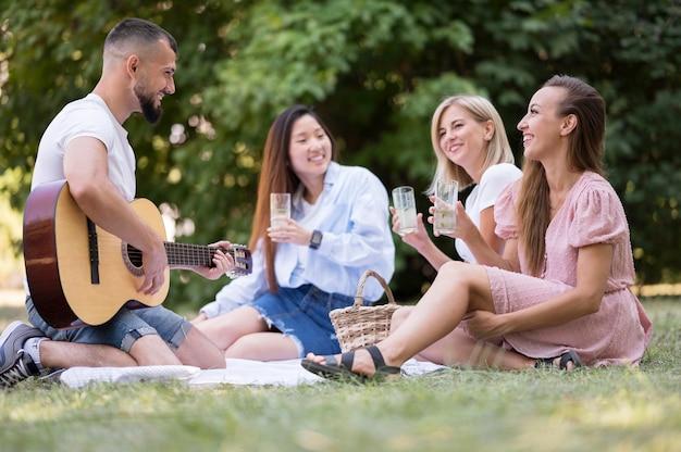 Vrienden zingen en spelen gitaar na coronavirus