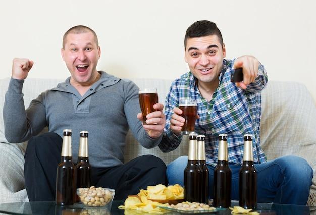 Vrienden zitten aan tafel met bier