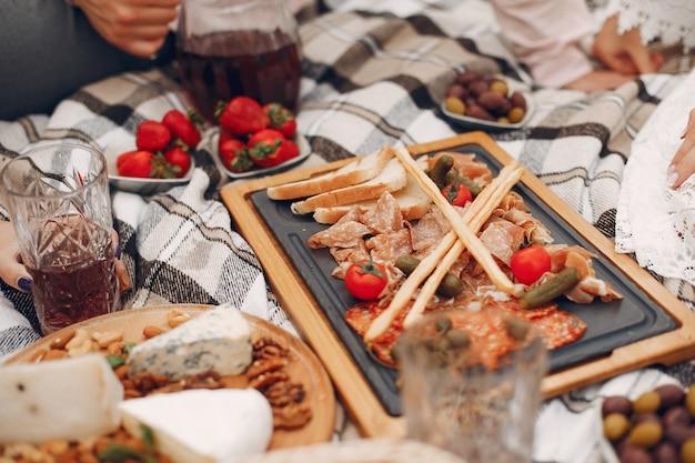 Vrienden zitten in een tuin op een picknick