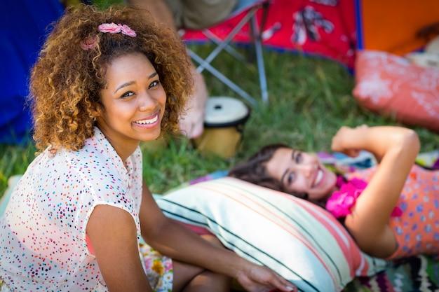 Vrienden zitten op de camping