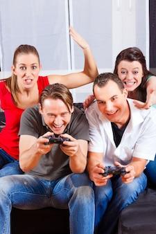 Vrienden zitten voor game console box