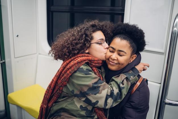 Vrienden zoenen in de metro