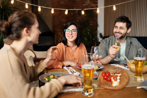 Vriendenbijeenkomst bij middelgroot schot van het restaurant Gratis Foto
