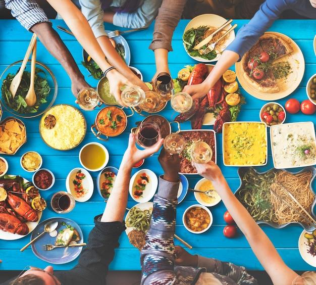 Vriendengeluk die van het eten van dinning concept genieten