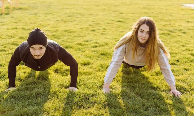 Vriendengeschiktheid die samen in openlucht actief gezond leven leven