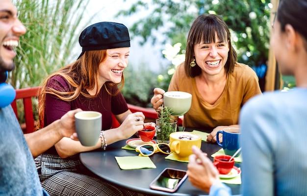 Vriendengroep die latte drinkt in koffiebar-restaurant