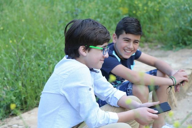 Vriendenparen die samen op boszomerachtergrond lopen summer