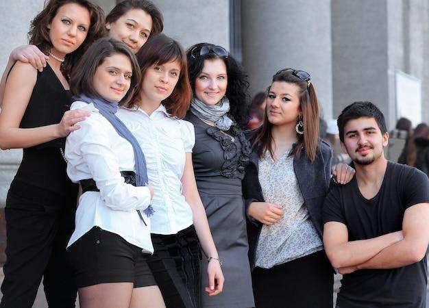 Vriendenstudenten staan voor het instituut .photo met kopieerruimte