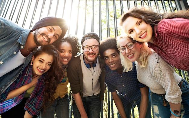 Vriendenvriendschap het lopen het concept van de de samenhorigheidspret