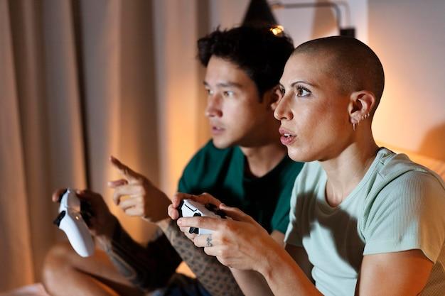 Vriendin en vriend spelen samen thuis videogames