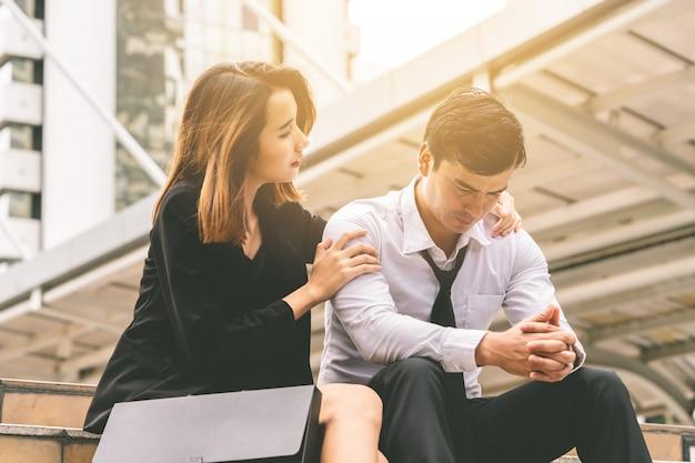 Vriendin geeft troost aan een gestrest, goedgevormd kantoor