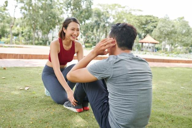 Vriendin helpen met abs oefening