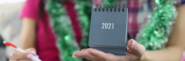 Vriendin houdt kalender 2021 in haar hand.