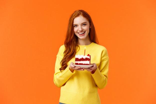 Vriendin maakte een verrassingsfeest, breng een stuk taart met één kaars om de verjaardag van de partner te vieren