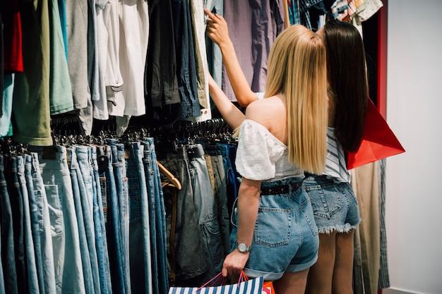 Vriendinnen bij het samen winkelen