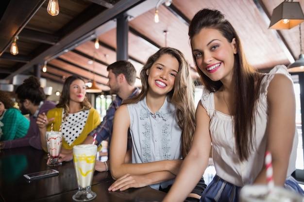Vriendinnen die bij restaurant zitten
