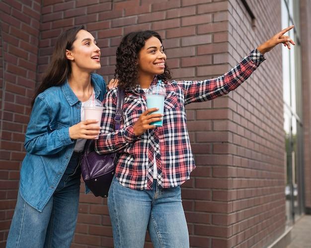 Vriendinnen die buitenshuis milkshakes hebben