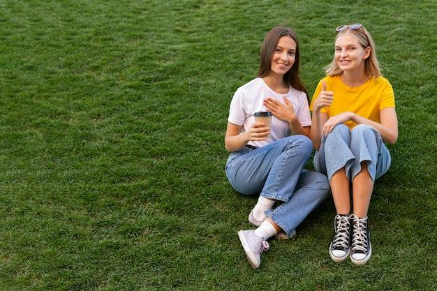 Vriendinnen die gebarentaal gebruiken met kopie ruimte