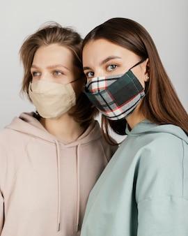 Vriendinnen die maskers dragen