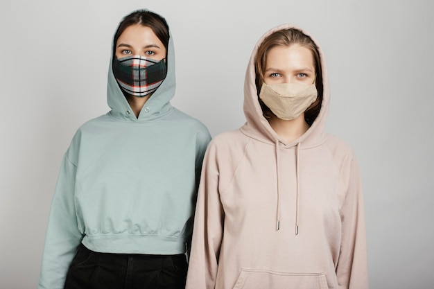 Vriendinnen die maskers dragen Premium Foto