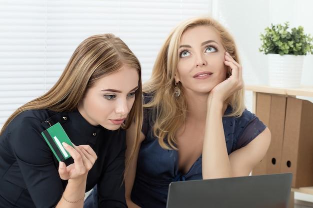 Vriendinnen die online winkelen