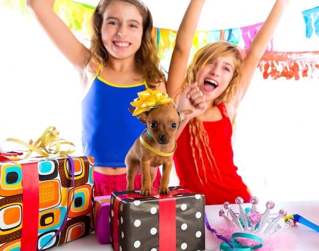 Vriendinnen feest dansen met cadeautjes en puppy