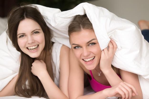 Vriendinnen hebben plezier op een pyjama-feestje thuis