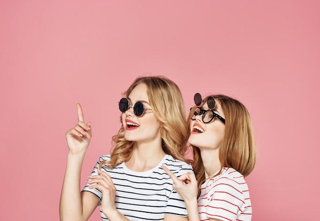 Vriendinnen in gestreepte t-shirts communicatie emoties levensstijl roze