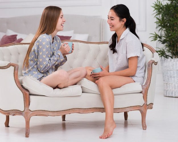 Vriendinnen in pijamas chatten